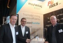 Maykestag-directeur Wolfgang Stangassinger (links) toont de Speedtwister. In het midden Andreas Oszwald, directeur export en marketing van Maykestag, en rechts directeur Peter de Bruin van PB Tools.