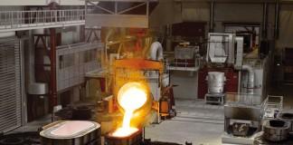 Tot wel 20 ton vloeibaar ijzer stroomt in slechts 120 seconden van de gietkom via het uitgietsysteem in de vorm om tot rotornaven, machinedragers, statorklokken of astappen gevormd te worden. (Foto: Enercon)