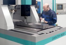 Nobby Assmann bereidt het zinkvonken voor van een groot werkstuk op de Ingersoll Gantry 800.