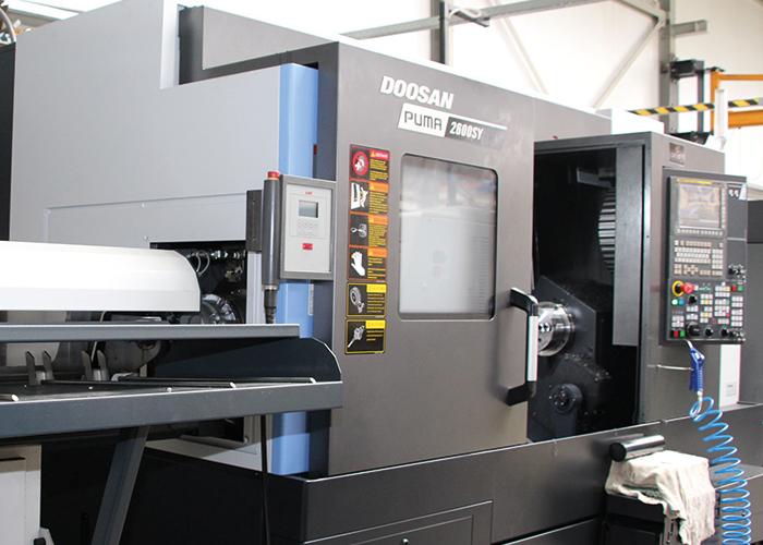 De Doosan Puma 2600 SY heeft aangedreven gereedschappen, een overnamespil en een y-as, waardoor er op de machine ook kan worden gefreesd. Pure winst is de stafaanvoer.