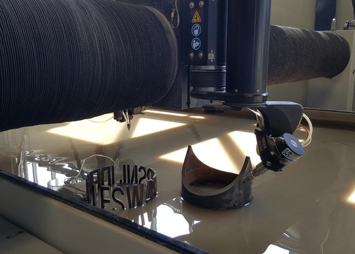 Met de 2,5D snijkop en tevens een roterende as voor buizen kan materiaal onder een hoek en dikwandig buismateriaal worden gesneden.