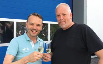 Gert Eilander (links) en Jurjen Dijkstra proosten op hun nieuwe samenwerking.