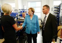 Bondskanselier Merkel in gesprek met medewerkers van Trumpf
