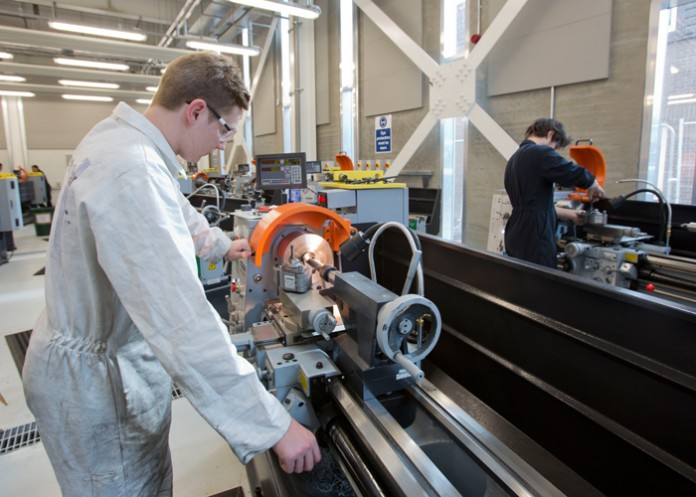 De 24 Huvema draaibanken van het type HU410, met 1000 mm draailengte, zijn onderdeel van een investering van £ 65 miljoen in engineering en nautische voorzieningen.