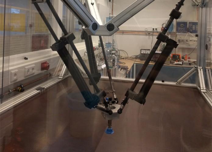 De pick-and-place robot is razendsnel en het programmeren ervan is een geweldige uitdaging voor onze studenten.