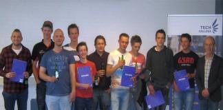 Een deel van de geslaagde monteurs met hun diploma