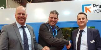 Ron van Gompel (midden) schudt de handen van Dirk Jan Potharst en Lieven Louagie van Prima Power. De aankoop van de E5x Compact Express ponsmachine werd op de TechniShow afgerond.