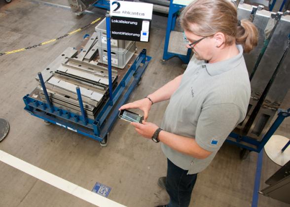 Een MES-systeem kan bijvoorbeeld de machinetoestanden monitoren, weergeven en evalueren – papierloos, interactief en met steeds actuele productiemeldingen op een mobiel apparaat.