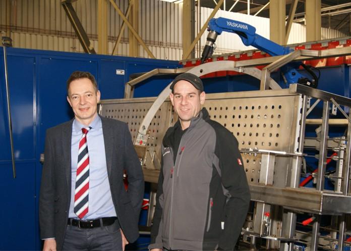 Michèl van de Staak, bedrijfsleider bij VDL Systems (links), en Egbert de Wit, robotspecialist Produlas, bij de nieuwe MA2010 Yaskawa lasrobotcel.