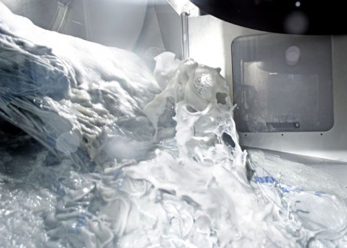 Expert in wassen. Over heel Europa verwerkt de onderneming jaarlijks 9,4 miljoen kledingstukken en wast 966 miljoen poetsdoeken in wasstraten die in eigen beheer werden ontwikkeld. Daarbij wordt water gebruikt – anders dan bij de chemische reiniging, waar droog wordt gereinigd. (Foto's: Mewa)