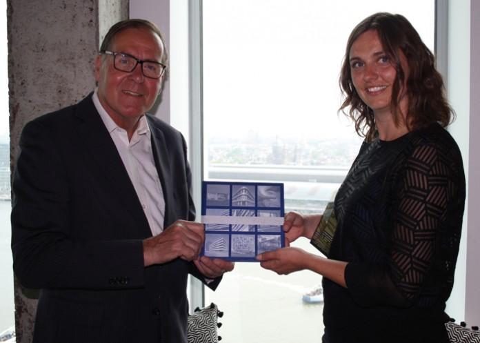 Bert Lieverse, voorzitter en directeur VMRG, reikt het eerste exemplaar van Façades 2016 uit aan Frederique van Alphen van architectenbureau cepezed.