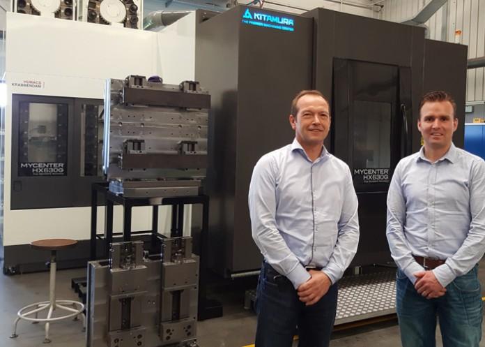 Bedrijfsleider Harm Veijer (links) en manager operations Hans Blom bij het horizontale bewerkingscentrum Kitamura HX630. Links voorbeelden van slimme opspansystemen, die essentieel zijn voor onbemand verspanen in de nachtelijke uren.