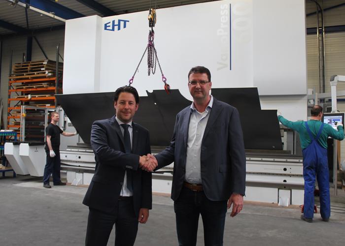 Mark Eikhout (rechts) en Erik Ruiten schudden elkaar de hand voor de jongste aanwinst van Eikhout Metaalwerken, de VarioPress 600 kantbank.