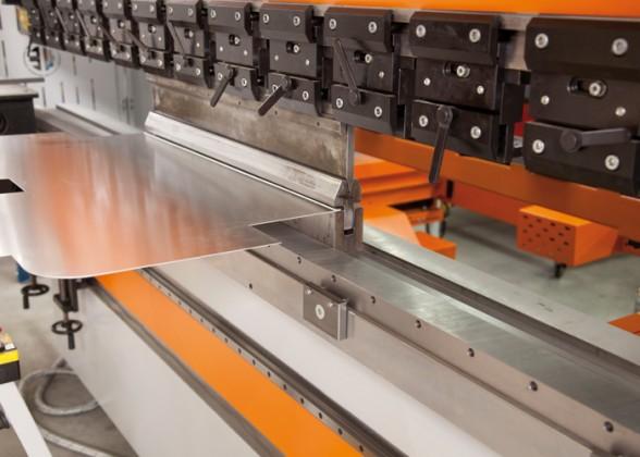 Dimatec zet de Ermak Speedbend 2,6/260 veelal in voor de tonnage intensieve bewerkingen, waaronder doordrukkingen in RVS plaatmateriaal en Z- en radius-buigbewerkingen.