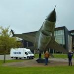 Op het terrein van de Koninklijke Luchtmacht in Woensdrecht is een F16 op ware grootte op een prachtige manier tentoongesteld.