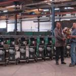 Gerard Donk (rechts) van Technisch Bureau Gedo leverde de nieuwe lastoestellen af met een grote bos bloemen.