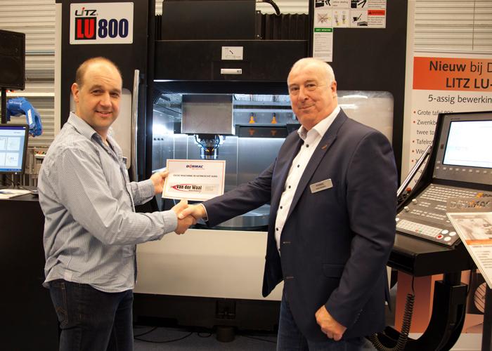 Dormac directeur Kees Karsten (rechts) feliciteert Rob van der Waal met de aankoop van het Litz 5-assige bewerkingscentrum LU800
