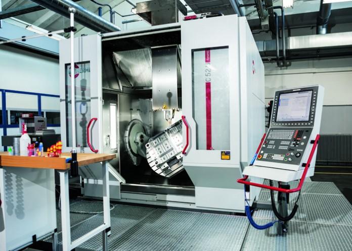 Het grootste 5-assige CNC-bewerkingscentrum, de C 52 U voor de complete 5-assige-/5-kantenbewerking van werkstukken tot een diameter van 1000 mm en een hoogte van 810 mm.