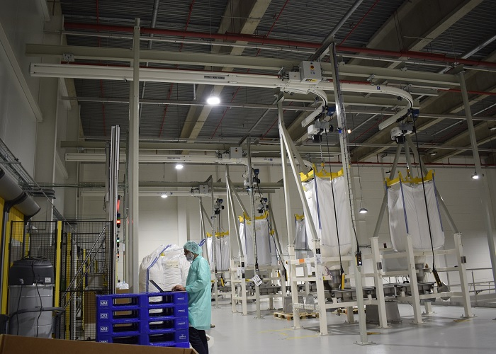 Continuproductie in chocoladefabriek met Demag KBK-hijsoplossing