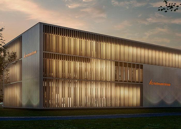 Het nieuwe bedrijfspand van de Hoffmann Group kenmerkt zich door een transparante uitstraling, waarbij met name de beweegbare zonwerende lamellen direct in het oog springen.
