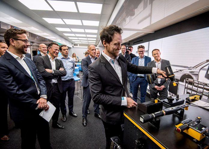 De roadshow 'Smart Connected Assembly - Powered by Data' laat zien hoe de dataregistratie in de productie helpt om de productiekosten te verlagen, de ergonomie te verbeteren en de efficiëntie te verhogen.