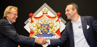 Commissaris van de Koning van Zuid Holland Jaap Smit en Anco Euser bij de onthulling van het Wapenschild van Hofleverancier.