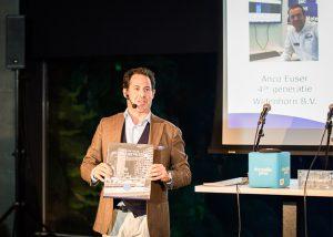 Donatello Piras toont de WidenhornJubileum bedrijfsbiografie 'Op zoek naar de ziel van de zaak'.