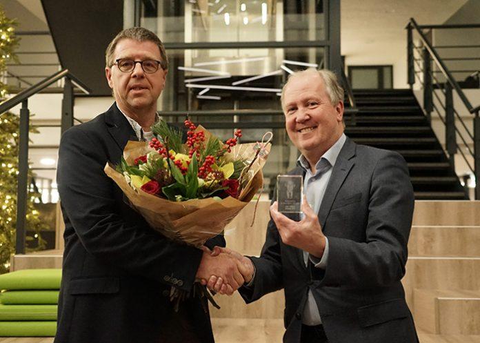 Links met de bloemen Chris Nillesen, de winnaar van de Kees Kooij Award. Rechts Mikrocentrum-directeur Geert Hellings.