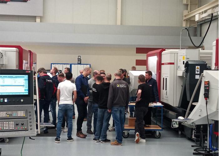 Hedelius In het democentrum werden tien bewerkingscentra gedemonstreerd aan de gasten uit Nederland en België.
