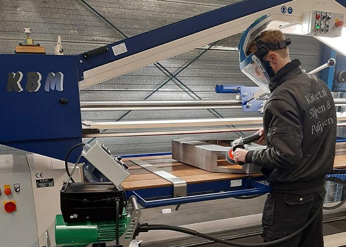 Stan van Otterloo demonstreert een flexibele as machine van Biax (links op de voorgrond), waarvoor Kinket SSP de vertegenwoordiging in de Benelux heeft verworven.