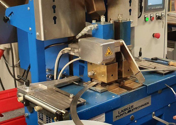 Normaal wordt een afbrandstuiklasmachine ingezet voor het verbinden van rechte strips, maar Klinger last een radius: drie of vier delen vormen samen een ring.
