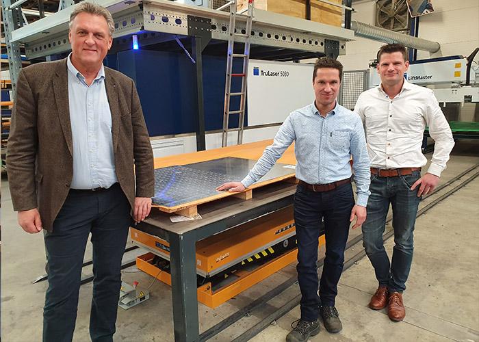 Teus Vonk van Trumpf en Michiel de Hoog en Oscar van Buijtene van 247 Lasersnijden bij de nieuwe Trulaser 5030 Fiber, voorzien van een Liftmaster die de machine automatisch belaadt en ontlaadt.