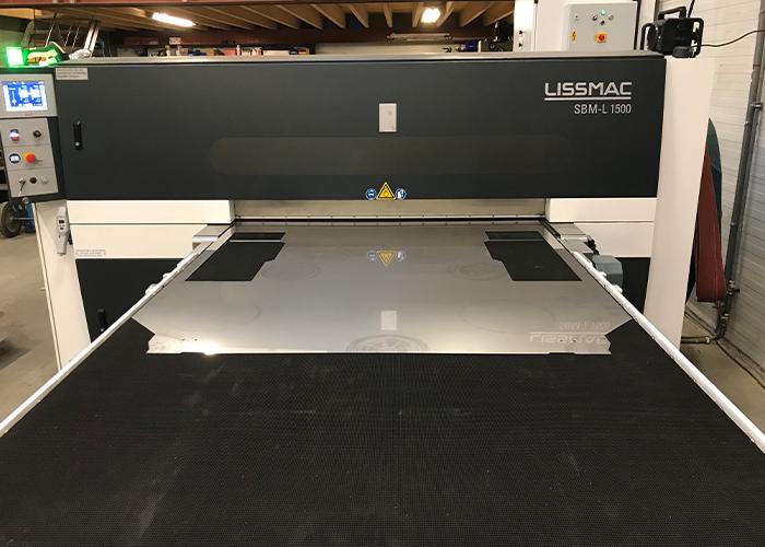 De Lissmac SBM L1500 G1S2 kan een plaat van 1,5 meter in één keer over de volle plaatbreedte dubbelzijdig bewerken.