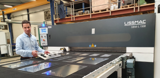 Michiel de Hoog demonstreert de draadloze diktemeter. Hiermee is het mogelijk een plaat op te meten en deze waarde draadloos naar de machine te sturen, zodat deze automatisch zichzelf op de juiste maat zet.