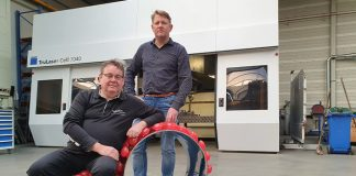 """Ron Cornelissen van Proven Concepts (zittend) en Frank Bax van 3Dtec bij de Chair Dots. """"Alle technieken die wij samen kunnen bieden, zitten hier in."""""""
