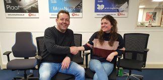 Vincent Span neemt namens 54UMedia de bureaustoelen in ontvangst van Iris Martens van Martendo.