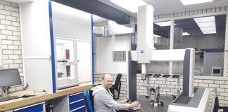 Nobby Assmann bedient de Zeiss 3D meetmachine. Links de CNC rondheidsmeter.