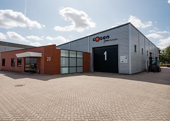 Saw-Tech is tevens officiële distributiecentrum van de Cosen zaagmachines in Europa. In het magazijn in Venlo staan gemiddeld zo'n honderd machines op voorraad.
