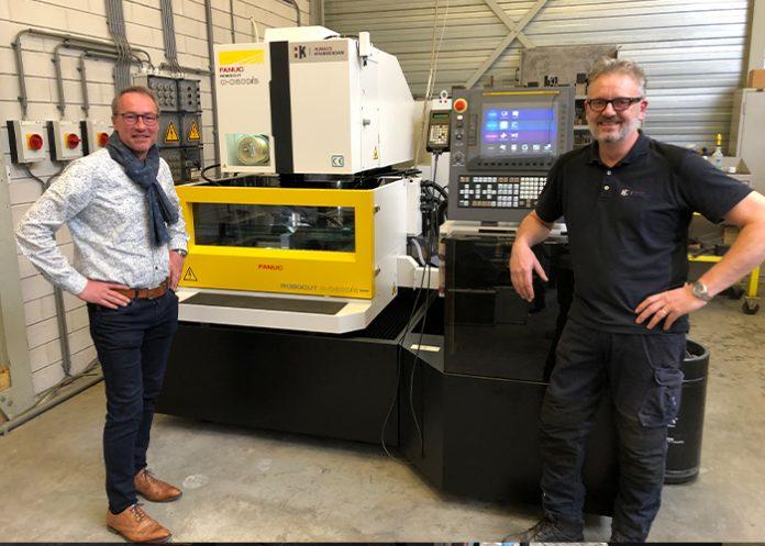 John Domenie (links), eigenaar/directeur van SMG en Ramefa, en servicemonteur Mick van Amersfoort van Humacs Krabbendam. De C600iB CNC-draadvonkmachine is voorzien van de laatst ontwikkelde technologie van Fanuc, inclusief diverse handige hulpfuncties.