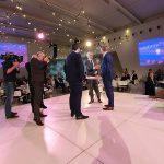 Voorzitter Fried Kaanen van Koninklijke Metaalunie neemt het onderzoek in ontvangst uit handen van sectorspecialist Kees de Schipper van Rabobank.