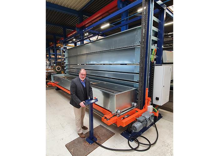 Gert Bottenberg bij het nieuwe langgoedmagazijn Compact. Hij verklaart het succes van aalbers farina in de eerste plaats uit de grote hoeveelheid materiaal die je op een strekkende meter kunt opslaan.