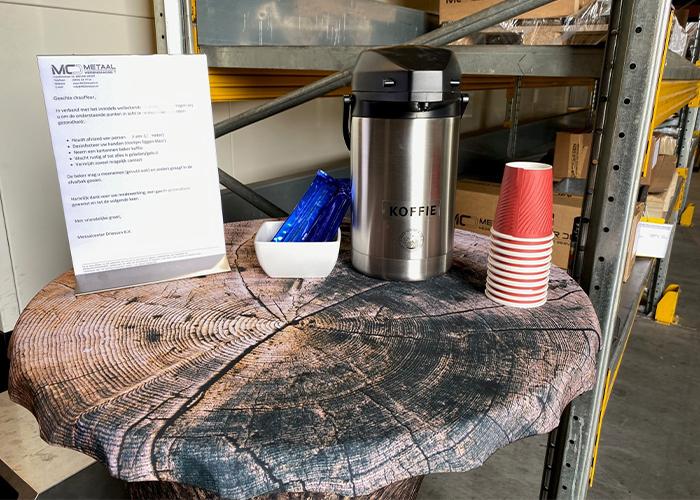 Koffie voor de chauffeurs in kartonnen bekers.