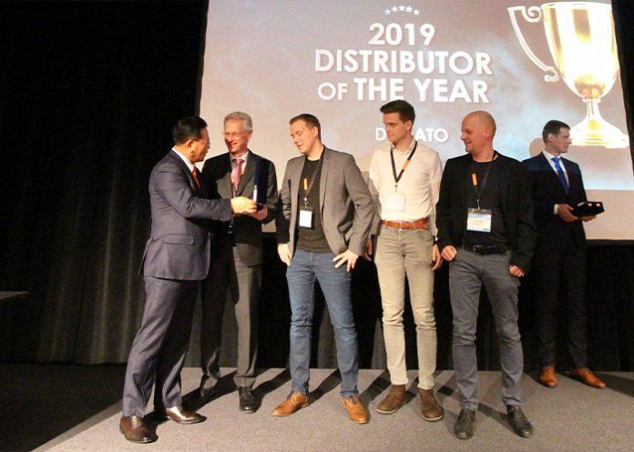 Theo Coffeng neemt namens Dymato de award in ontvangst uit handen van Chongsung Ra, directeur Hanwha Robotics.