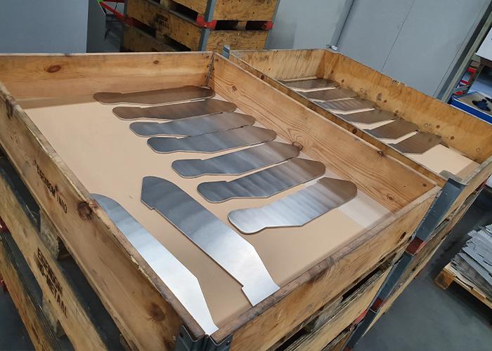 De lasersnijdelen worden eerst ontbraamd/afgerond en daarna gericht.