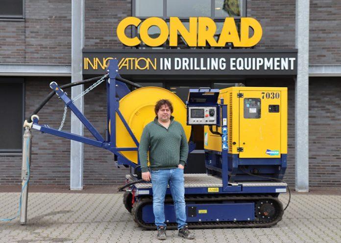 Bram Muurlink, managing director van Conrad Stanen, met een WRU 60 - Bron-regeneratiehaspel op rups.