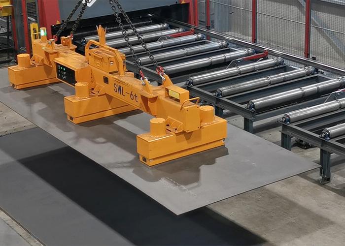 De traverse voor het manipuleren van staalplaten van 6.000 x 2.000 mm wordt gebruikt om de snijmachines te beladen.