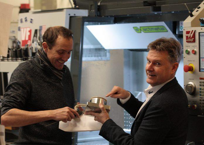 Koen van Dijk (links) van Exactmetal en Niek de Boer van KIPP Nederland. Om het machinepark optimaal inzetbaar te maken en te houden maakt Exactmetal gebruik van nulpunt-spantechniek van KIPP.