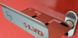 Machineproducent LVD en Hogeschool Vives slaan de handen ineen voor het design en de productie van een 'coronavrije' deuropener die ze gratis ter beschikking stellen van zorginstellingen en openbare diensten.