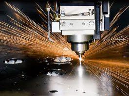 De nieuwe plasmasnijmachine snijdt alle roestvast staalsoorten tot en met 100 mm dikte.