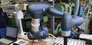 De cobot haalt de producten één voor één uit de bak, laat ze markeren en afbramen en legt ze terug op de zelfde plek.